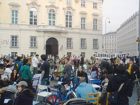 Bürger'innen bringen leere Sessel zum Ballhausplatz und ein dutzend anderen Plätzen in den Bundesländern. Tag des Bleiberechts am 10. Oktober 2008.
