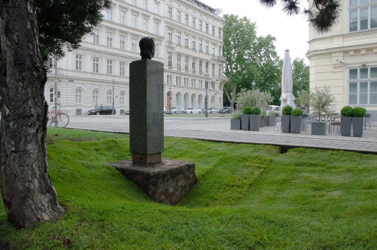 Weinheber-Denkmal freigeschaufelt